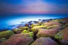 احجار الشاطئ الملونة